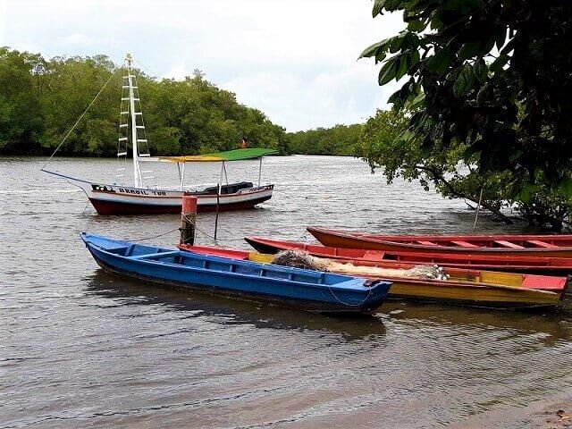 Barcos de pesca e de turismo
