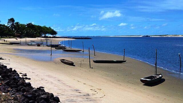 Barra do Cunhaú: mergulhe nas piscinas naturais, tome um banho de rio nas águas verdes do Curimataú e aproveite os bons ventos para velejar.