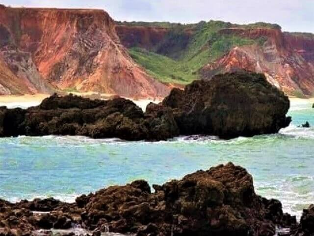 As falésias arenosas coloridas da APA Tambaba