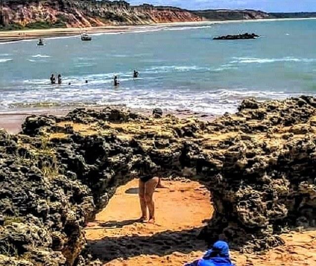 Vista da pedra furada na praia do Amor