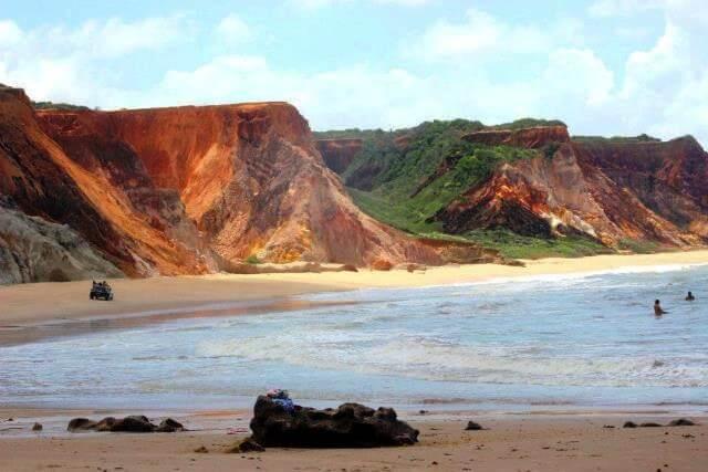 Falésias arenosas e coloridas na APA Tambaba